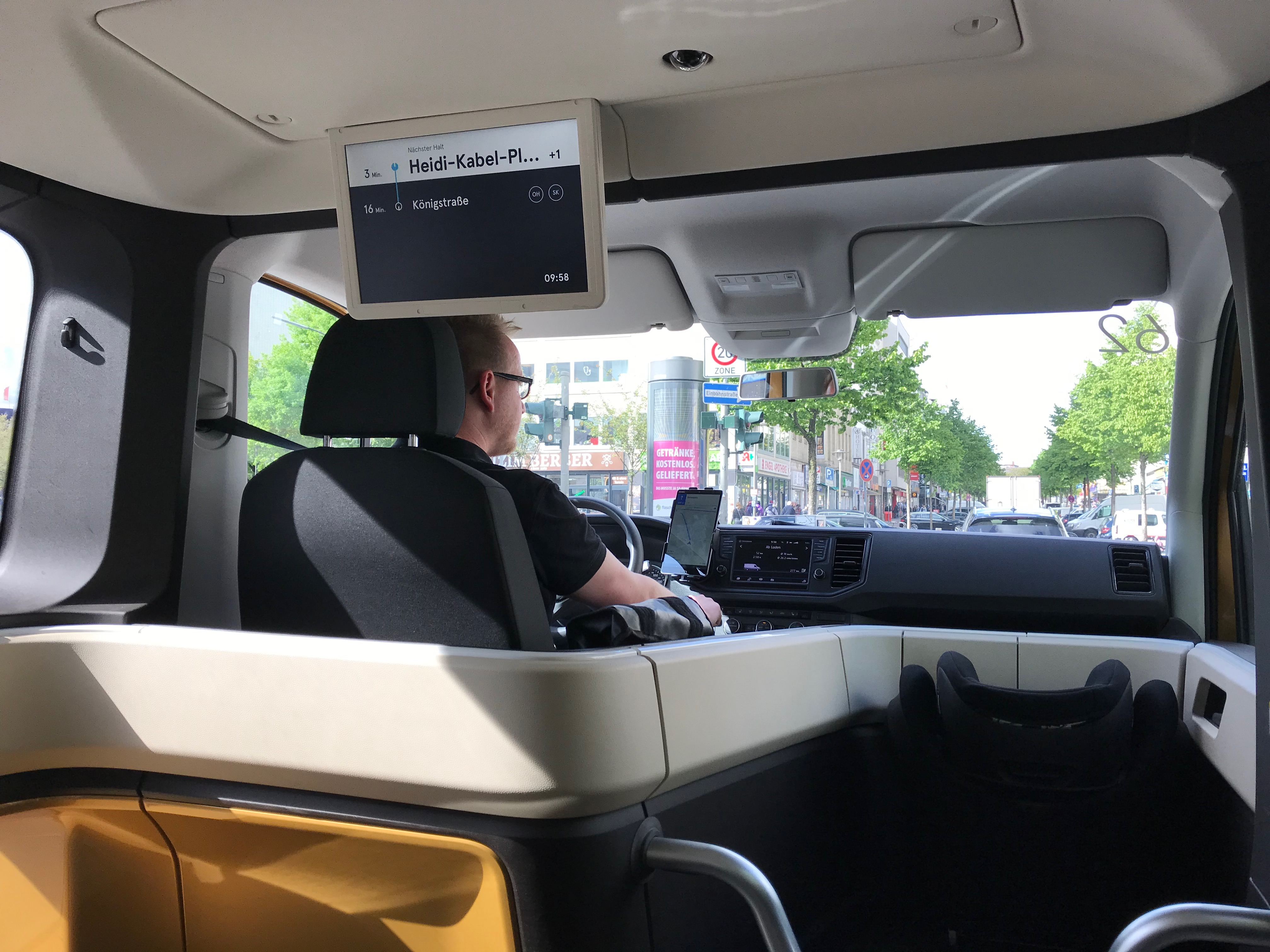 Entspannter Fahrer lautlos durch Hamburg